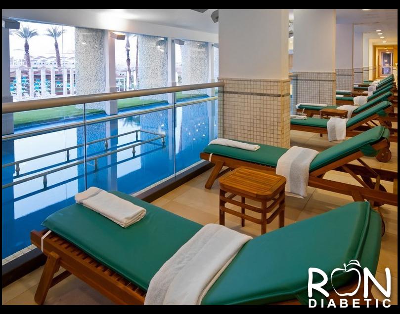 Закрытый, подогреваемый бассейн с водой Мертвого моря где есть возможность расслабиться и отдохнуть на мягких лежаках
