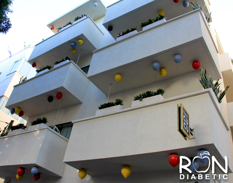 Интересно оформленное жилое здание с воздушными шариками на балконах в центре Тель-Авива